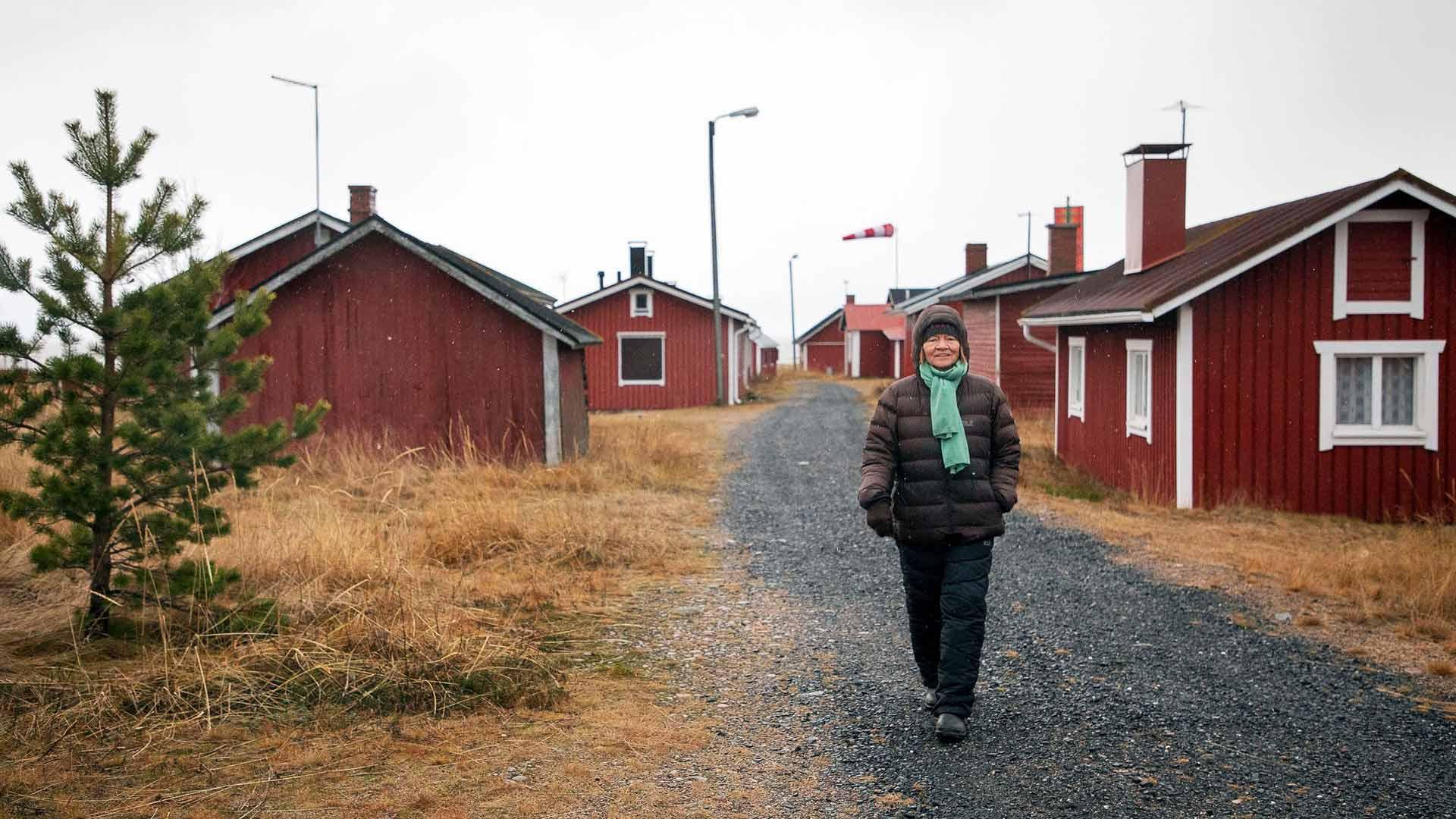 Päivi Ahonen aloitti aamunsa kävelemällä rannassa ja punaisten kalastajamökkien välissä. Retriitiltä hän haki vaihtelua ja sosiaalisuutta tutkijan arkeen.