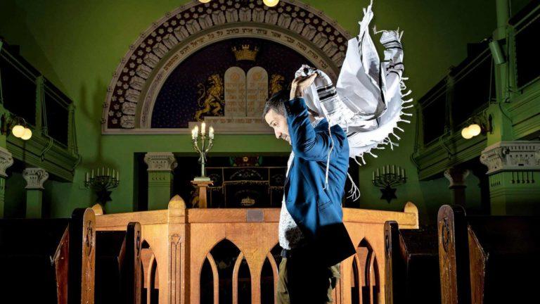 """Rukoillessaan juutalaismiehet käyttävät rukousviittaa, tallitia. """"Se, miten juutalaismies asettaa rukousviitan harteilleen, paljastaa sen, missäpäin maailmaa hänen sukunsa on ollut diasporassa"""", Yaron Nadbornik sanoo."""