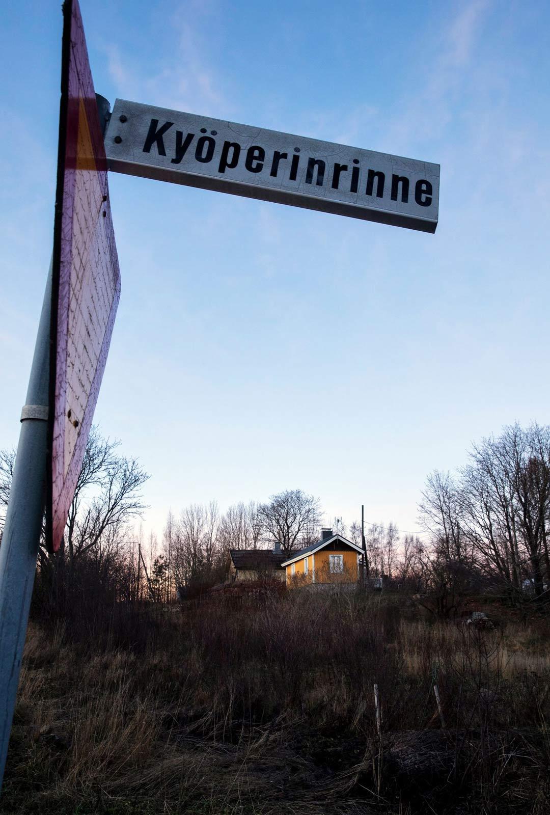 Lydia Rantanen kirjoitti 1900- luvun alussa runojaan Kymijoen rannalla Kyöperilän kylässä. Nykyisin paikka tunnetaan Kouvolan Kuusankoskella Kyöperinrinteenä.