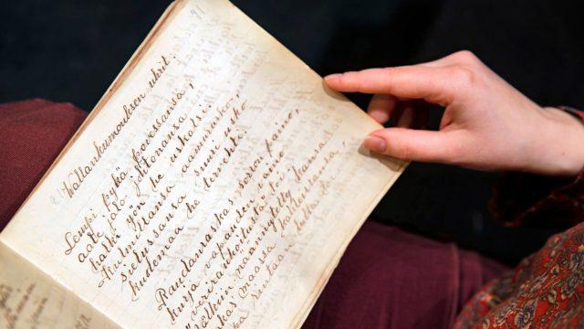 Lydia Rantanen kirjoitti sisällissodan aikana Vallankumouksen uhrit -värssyn kauniilla käsialalla kirjaansa.