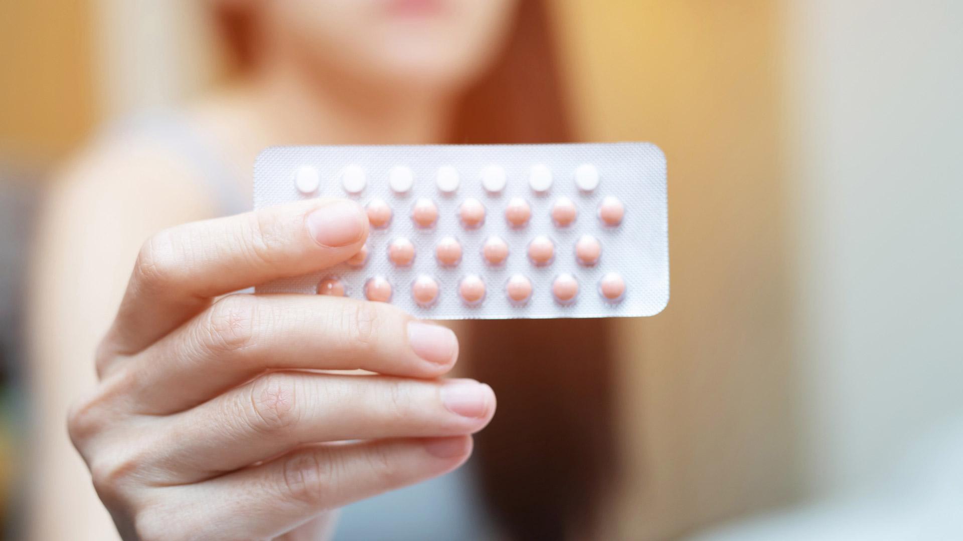 Yhdistelmäehkäisypillerit ja jotkin minipillereistäkin estävät ovulaation.