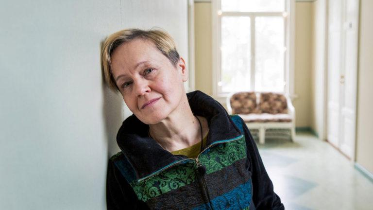 """Kirjailija Helena Sinervolta ilmestyi tänä syksynä romaani Tytön huone. """"Kirjan kirjoittaminen on valmistanut minua siihen hetkeen, kun tyttäreni lähtee ja pesä tyhjenee."""""""