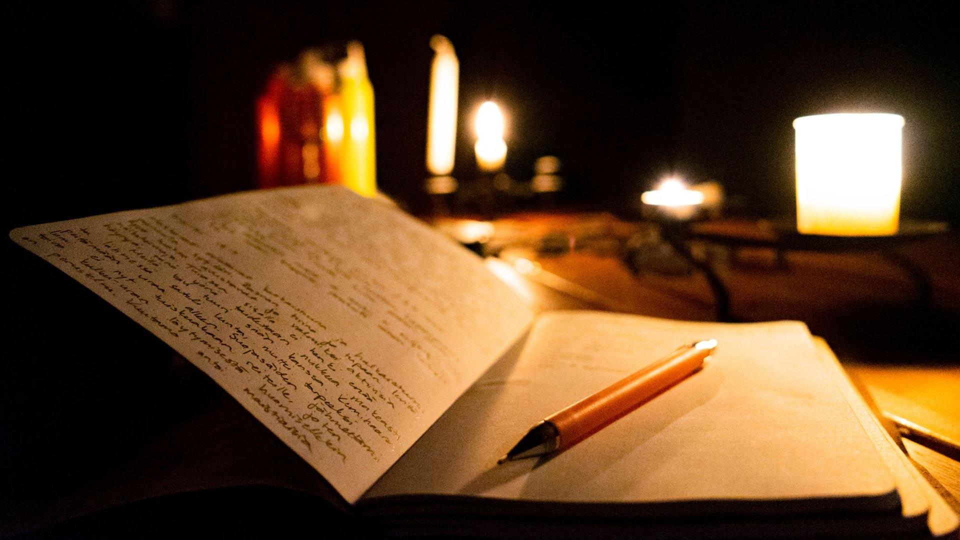 Vakiovarusteisiin kuuluvat reissupäiväkirja, lyijykynä ja kynttilä, jonka valossa iltaisin kirjoittaa.