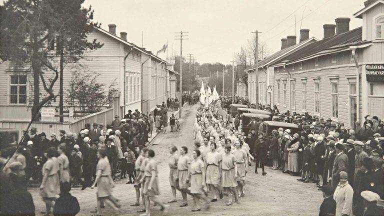 Naisvoimistelijaryhmän paraatikulkue Hangossa 1920-luvulla.