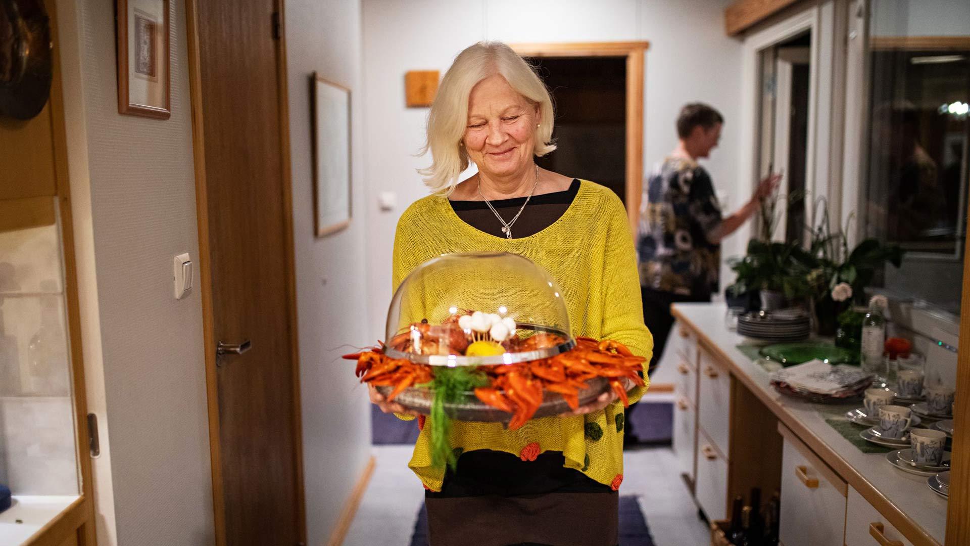 Illan emännällä Kaijalla on menuun teemana luomu- ja lähiruoka. Ravut on pyydetty mökkivesiltä.
