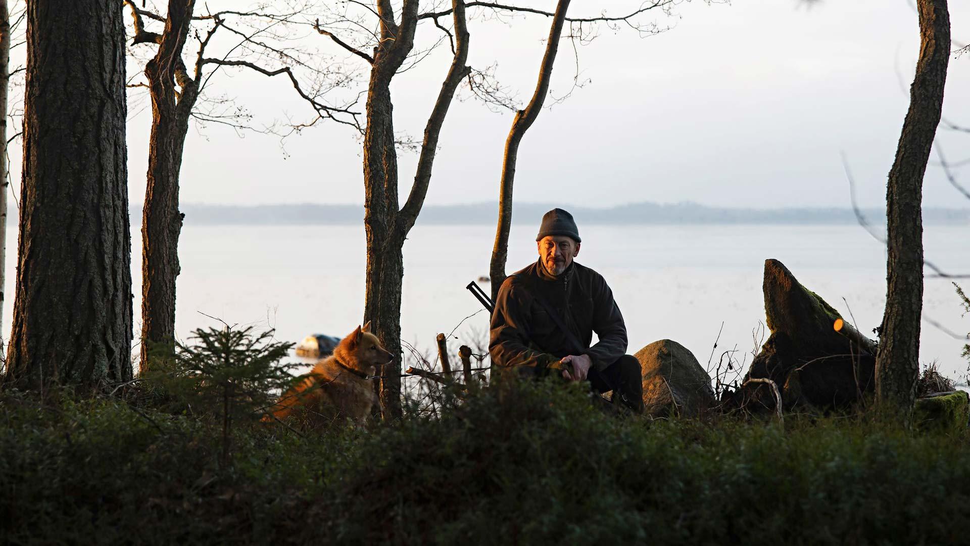 Rohki-koira kulkee metsäretkillä usein mukana, kun inkerinsuomalainen Santeri metsästää.