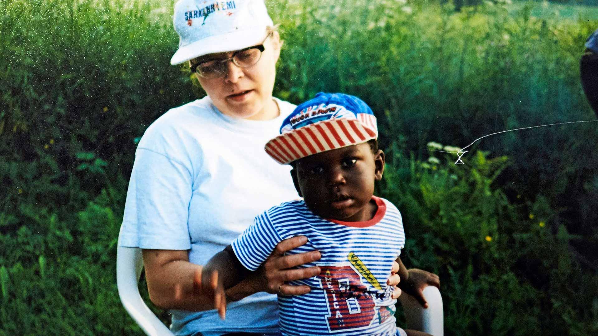 Vihdoinkin kotona! Rami 2-vuotiaana Pirkko-äidin sylissä. Nykyisin hän on pelastaja.
