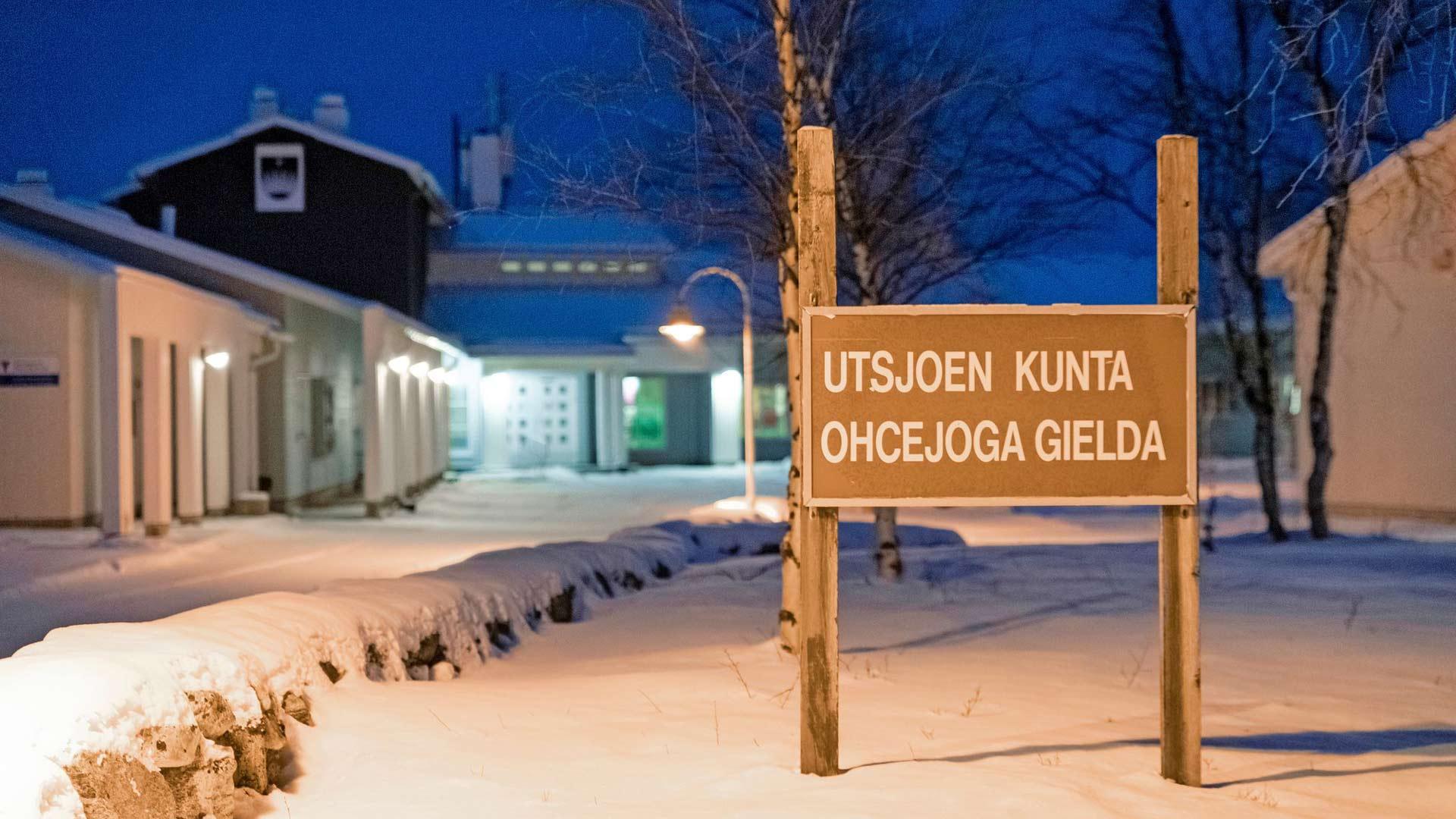 Jos haluaa kokea, miten pitkä kaamos vaikuttaa omaan mieleen, Utsjoki on oikea osoite. Aurinko pysyy horisontin alapuolella yli 50 vuorokautta, kun esimerkiksi Inarin korkeudella kaamospäivät jäävät reiluun kolmeenkymmeneen, Rovaniemellä enää kahteen.