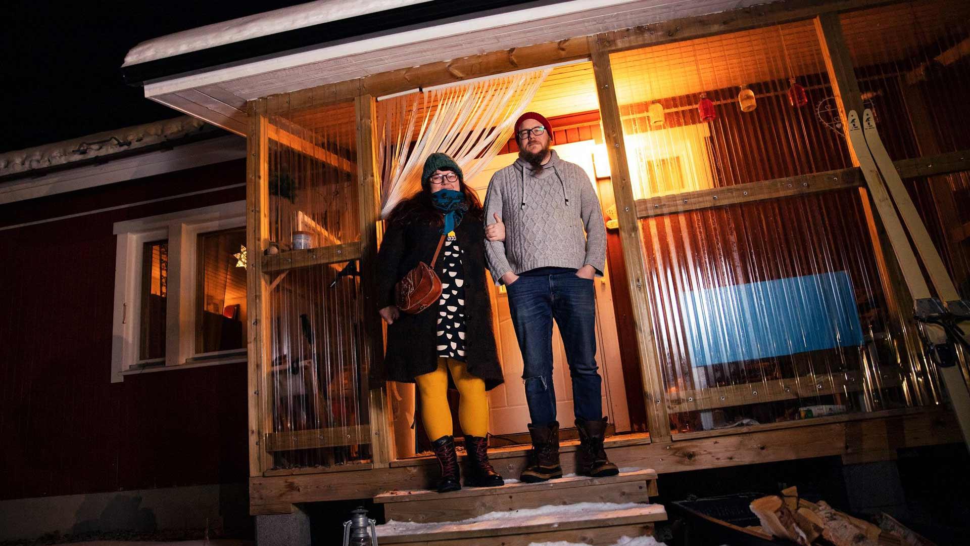 Jonna ja Mikko Lähteenmäki asuvat vuokralla talossa, josta lähin naapurin on kilometrien päässä. Syvimmän kaamoksen aikaan pariskunnan tekee mieli vain kölliä kotona.