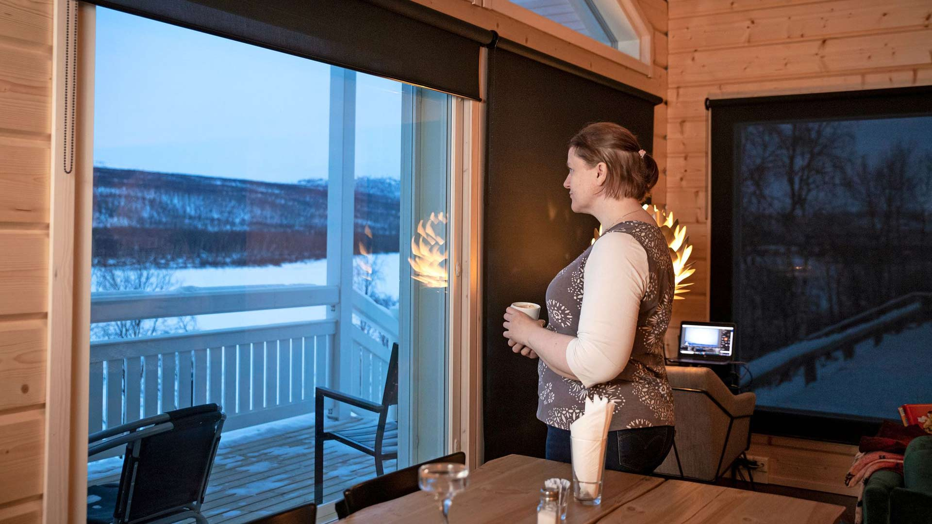 Tiina Salosen hankkimilla himmennysverhoilla pidetään talvella valo sisällä ja kesällä ulkona. Yöttömän yön aurinko paistaa muuten matalalta suoraan silmiin.