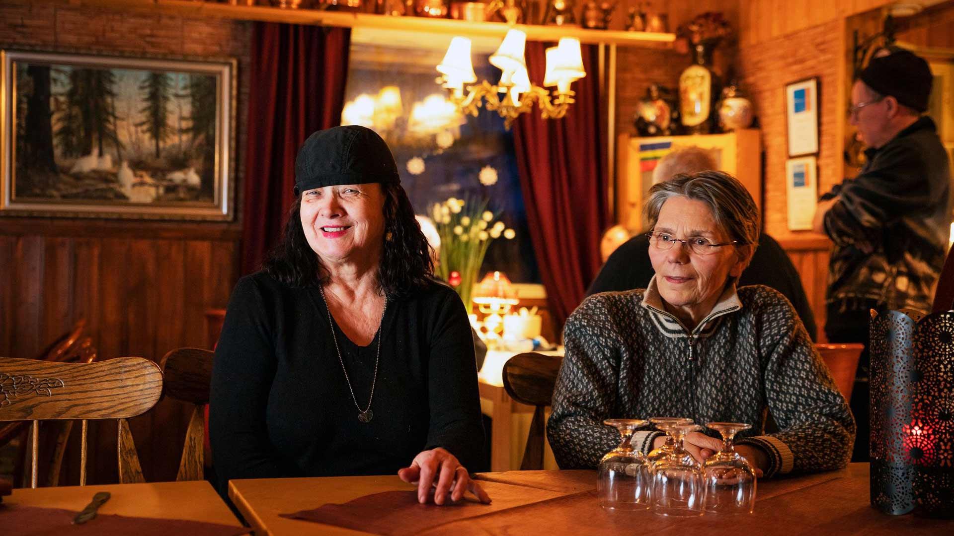 Leena Siiropää (oik.) piipahti iltapäivän viime hämärän aikaan Pub Rastigaisassa. Vuokko Mikkolan emännöimän ravintolan nurkkapöydässä lyötiin korttia.