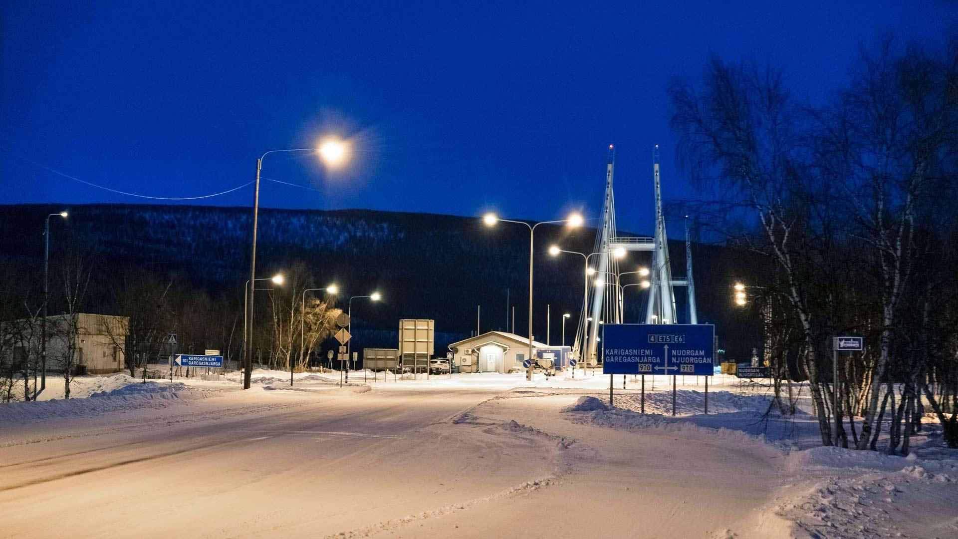 Kaamoksen toiseksi viimeinen päivä Utsjoen kirkonkylällä oli pilvinen. Nelostien päässä oleva silta vie Norjaan, mutta sinne menijältä vaaditaan tuore, negatiivinen koronatesti. Myös Suomi on sittemmin tiukentanut matkustusrajoituksia.