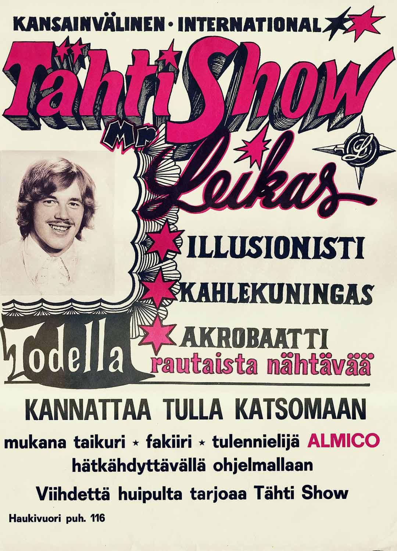 Leikkaan Tähti-Show:n mainosjulisteet lupasivat koko illan esityksen illuusioita ja akrobatiaa. Hirtot, giljotiinit ja revolverit nähtiin illan päätteeksi.