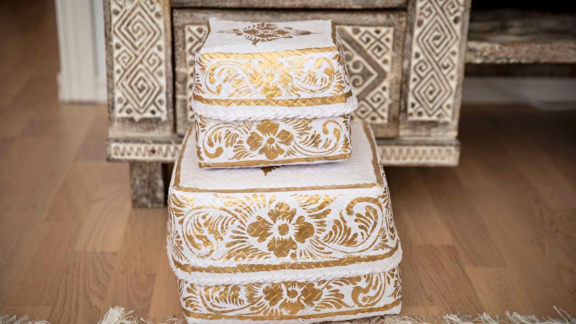 Balilla temppeleiden alttareille tuodaan uhrilahjakortteja sisältäviä koreja. Ne kuuluvat jokapäiväiseen elämään.