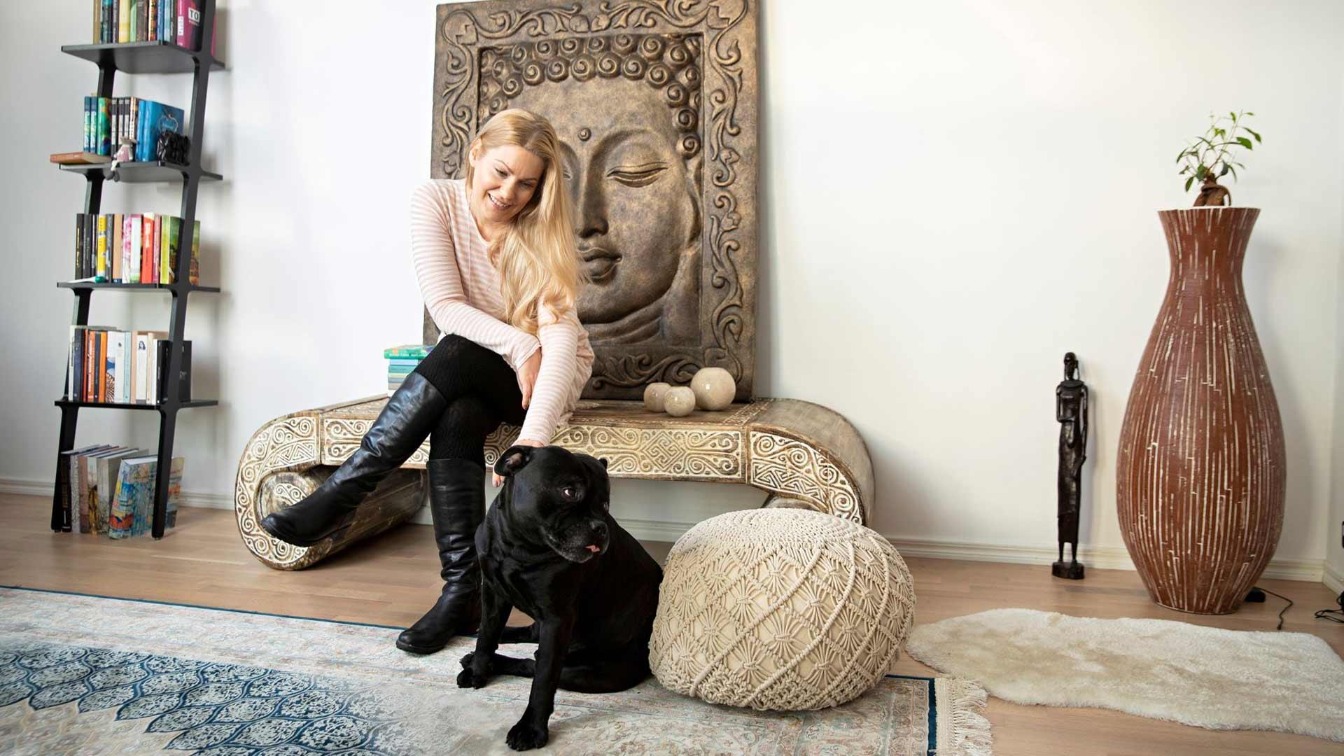 Olohuoneen katseenvangitsija on balilainen Buddha-taulu. se muistuttaa Johannaa matkojen myötä tärkeäksi muodostuneesta kaakkoisaasialaisesta kulttuurista.
