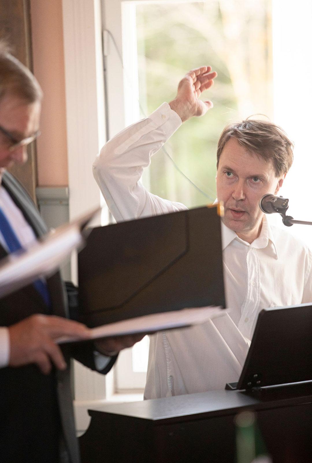 Petri Laitinen johtaa ja säestää pianolla Mölyäijiä.