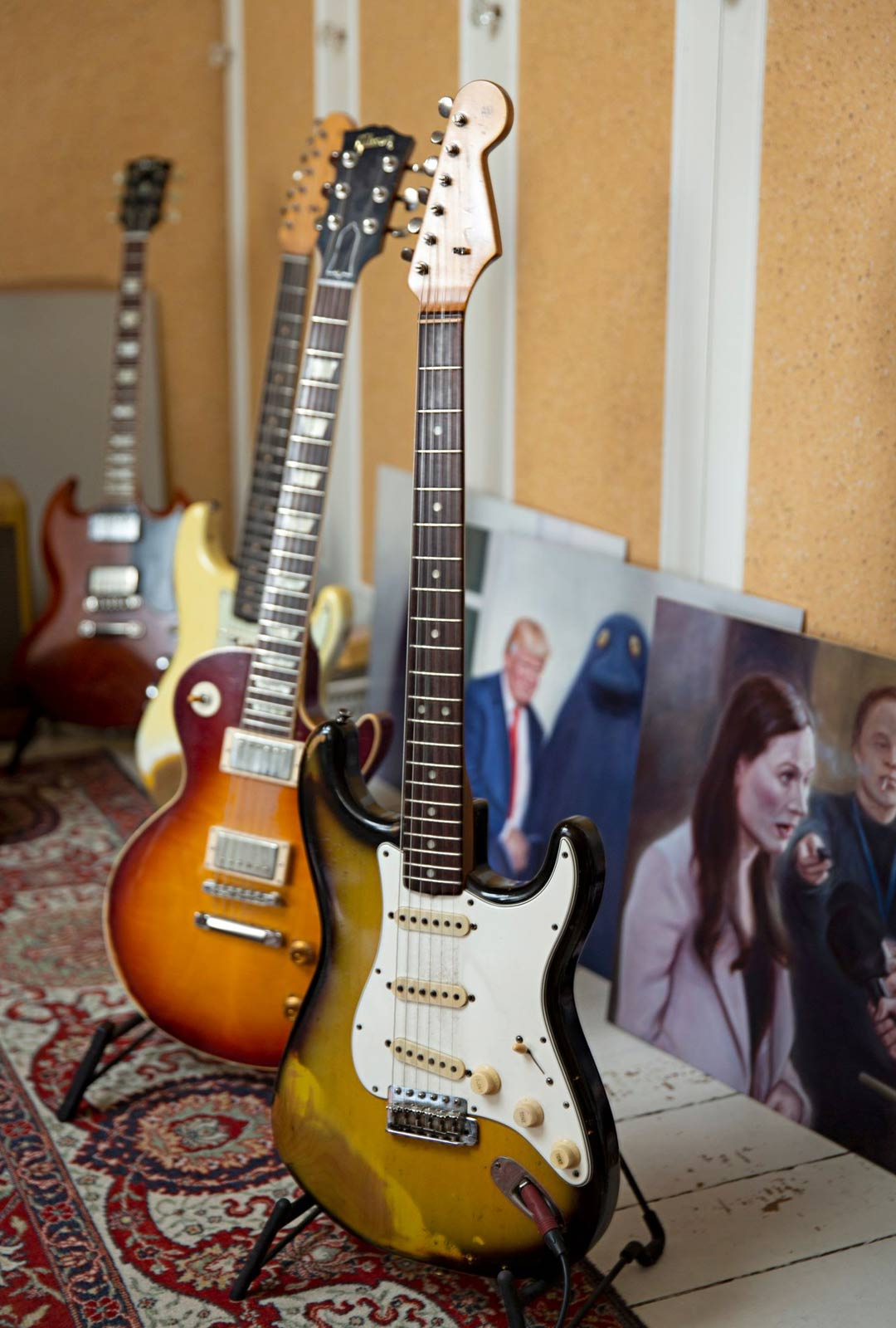 Kitaroiden taustalla Stenvallin maalauksia viime keväältä.