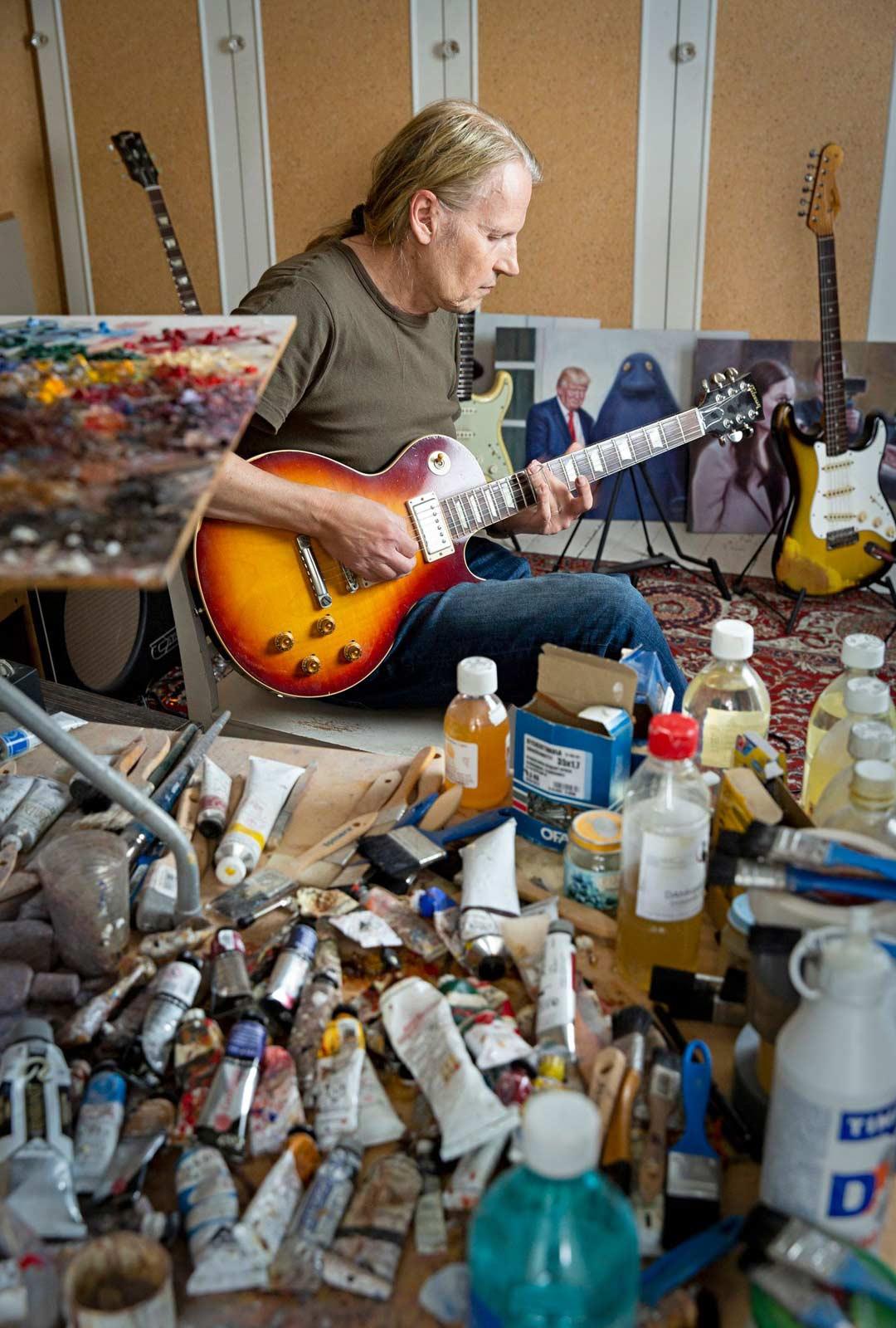 """""""Minulla koko homma perustuu improvisaatiolle. Otan kitaran käteen ja alan soittaa."""""""