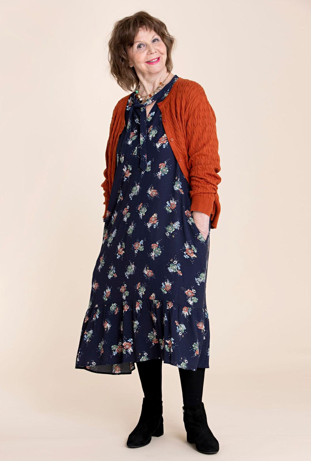 Pitkät mekot mielletään kesävaatteiksi, mutta niitä voi pitää myös talvella paksujen sukkahousujen ja nilkkureiden kanssa. Mekossa on sivulla taskut, joihin on kiva sujauttaa kädet.