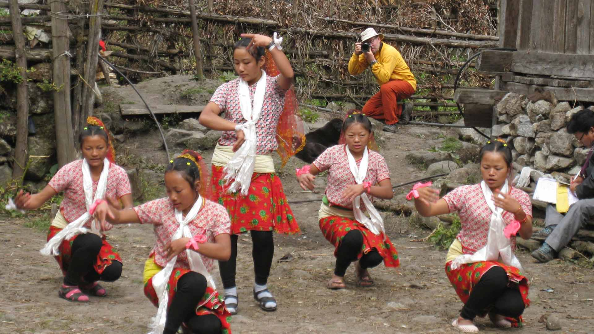 Himalajalla vaeltaminen ei ole pelkkää hikeä ja ylämäkeä, vaan kulttuuri on osa kokemusta. Koululaisryhmät tienaavat opiskelurahoja Tihar-juhlan aikaan Olangchung Golan kylässä Itä-Nepalissa.