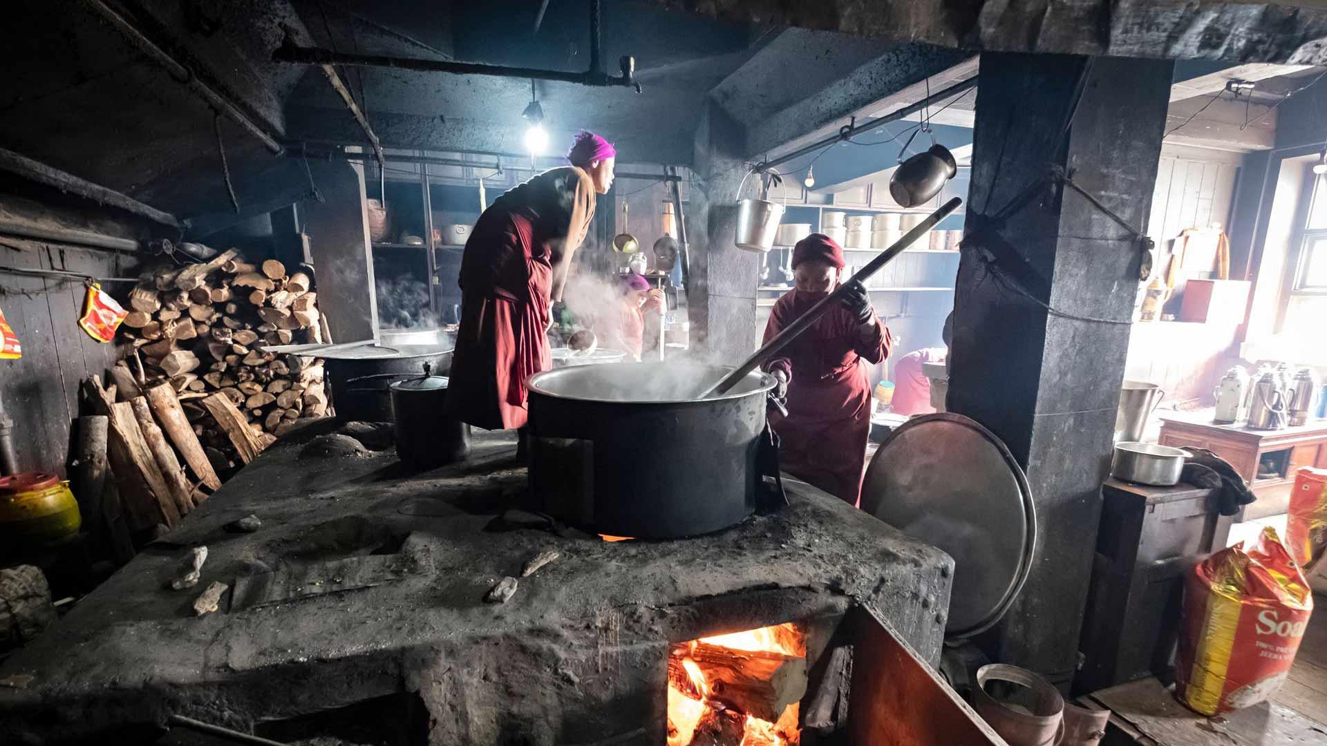 Thupten Cholingin luostarin keittiössä oli kiehtovaa seurata keittiövuorolaisten touhuja.
