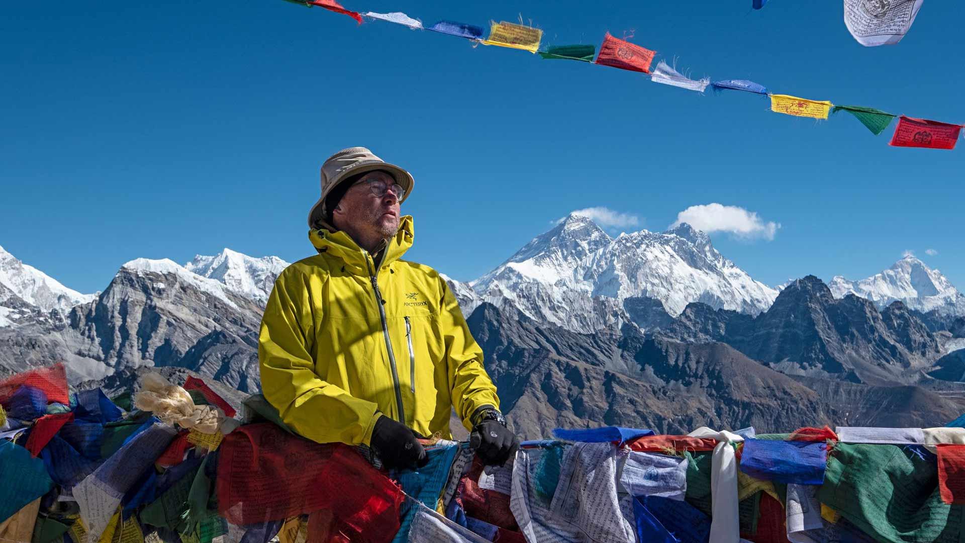 Vuoden 2018 vaelluksen korkein kohta oli Renjo La-sola 5360 metrin korkeudessa. Taustalla Everest ja Lhotse pilviviireineen, oikeassa reunassa Makalu. Kaikki ovat yli 8000 metrin huippuja.