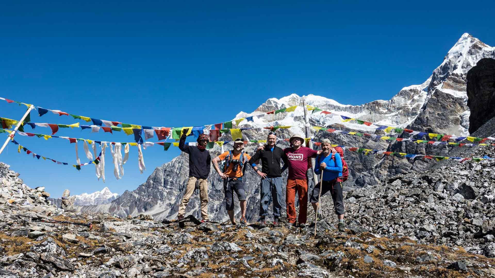 Vuoden 2017 vaelluksen ensimmäinen sola 4700 metrin korkeudessa on saavutettu. Kirjoittaja toinen oikealta.