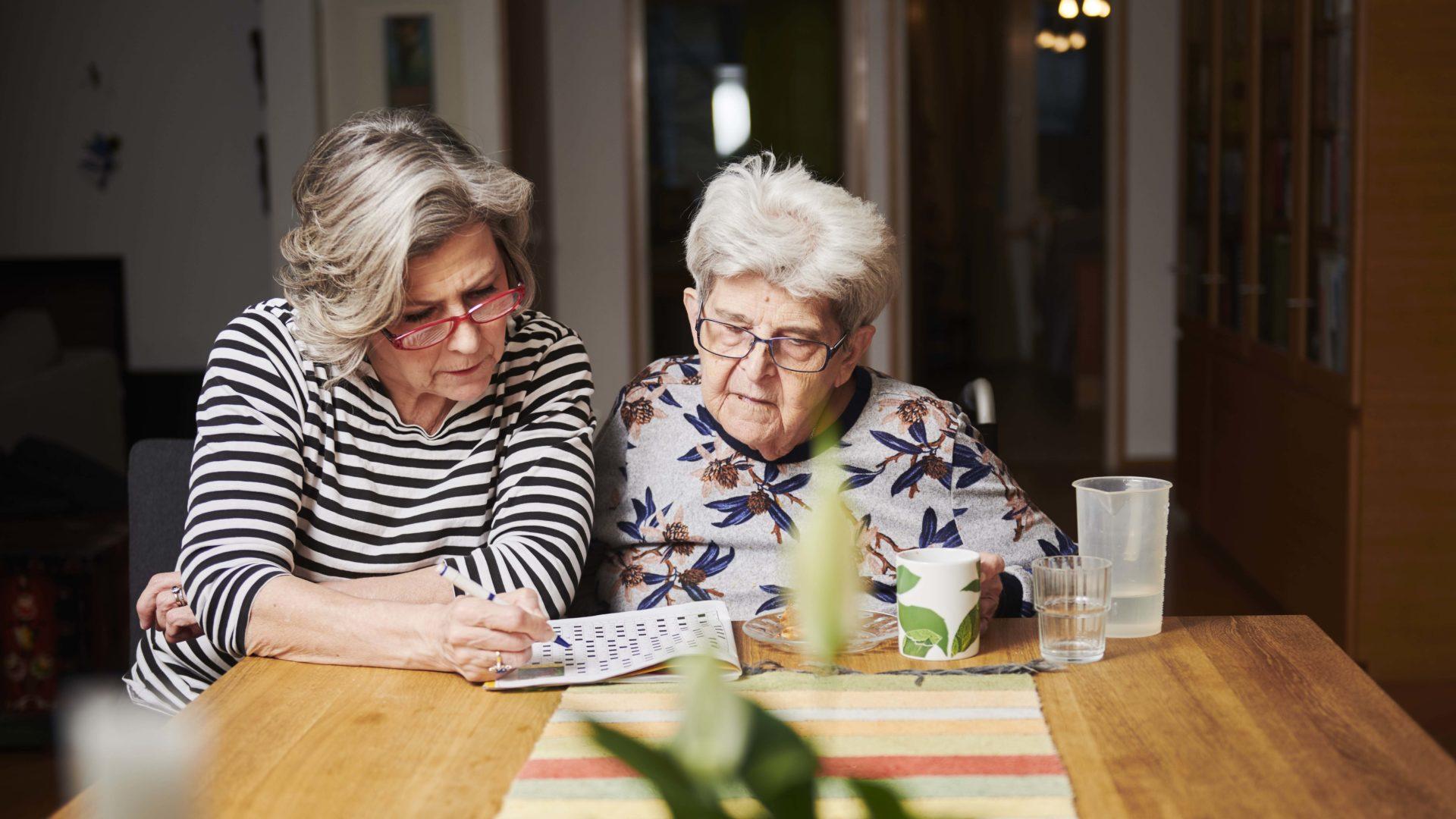 Hilkka Ahde asuu yhdessä äitinsä Kerttu Riikosen kanssa.