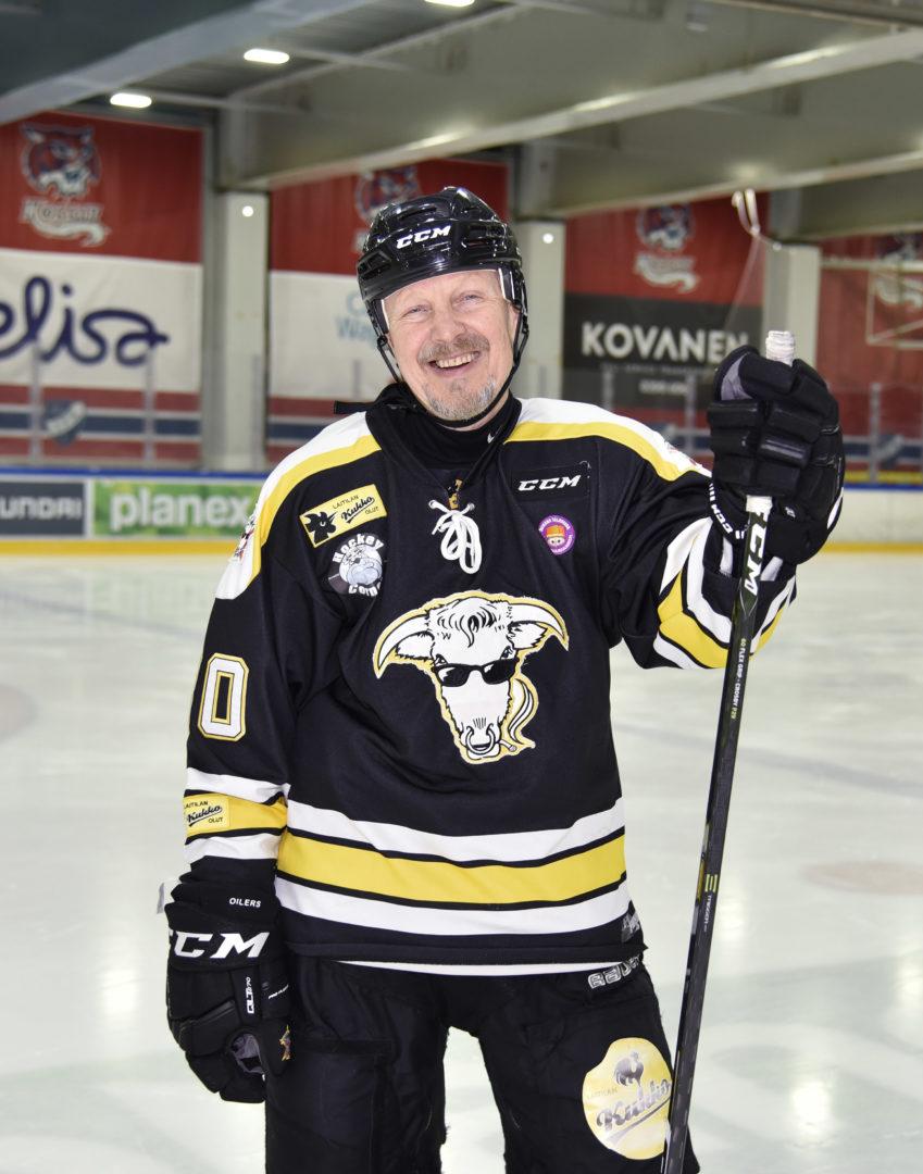 Pave Maijanen hyväntekeväisyysjoukkue Pietarinkadun Oilersin peliasussa keväällä 2018.