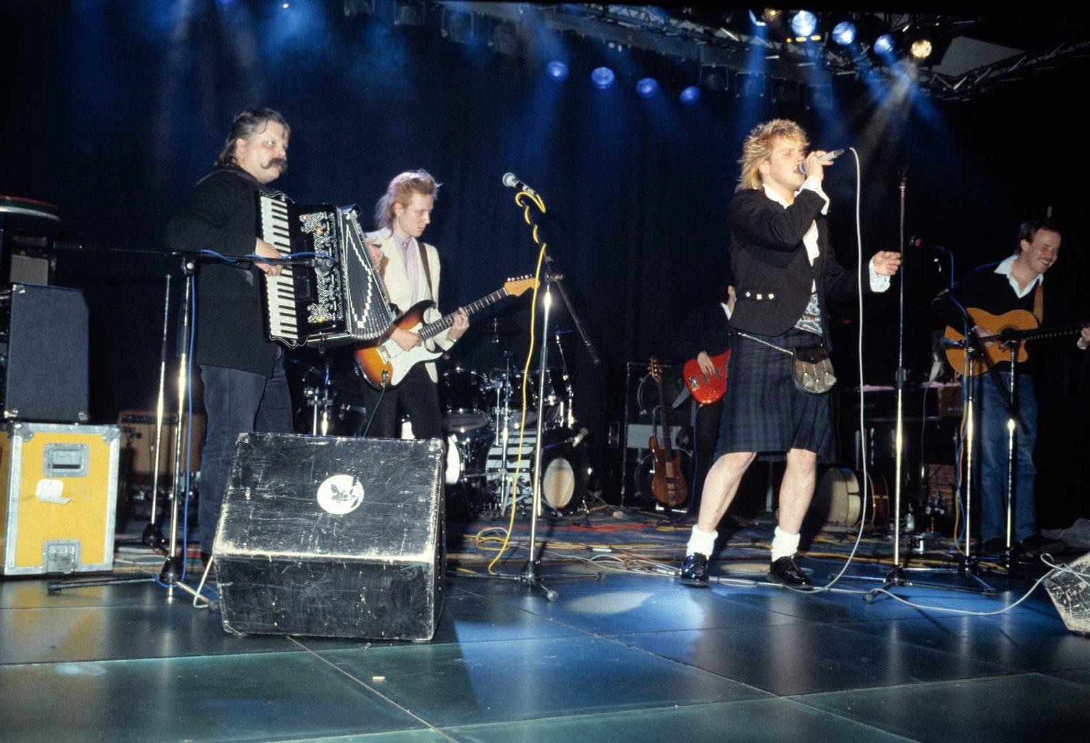 Pave Maijanen esiintymässä irlantilaista musiikkia esittävän Korkkijalka-yhtyeen kanssa vuonna 1987. Laulajana Pertti Neumann, haitaria soittaa Pedro Hietanen.