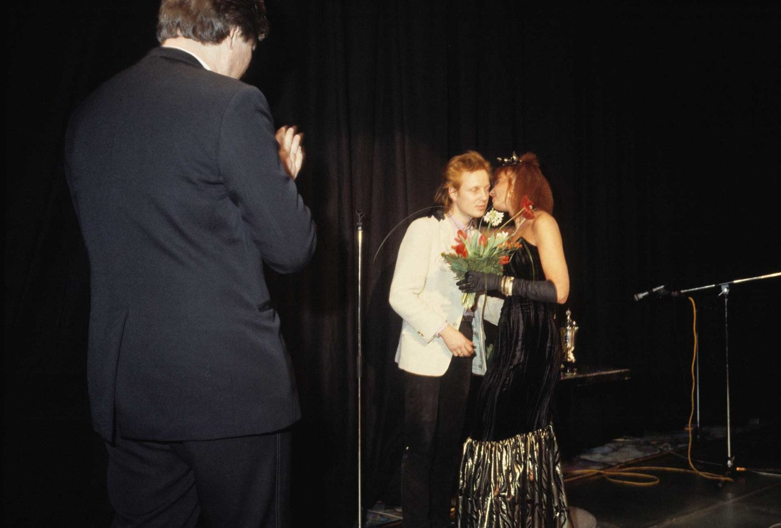 Vuonna 1987 Pave Maijanen julkaisi kaksi albumia. Kuvassa hän vastaanottaa vuoden viihdyttäjän palkintoa.