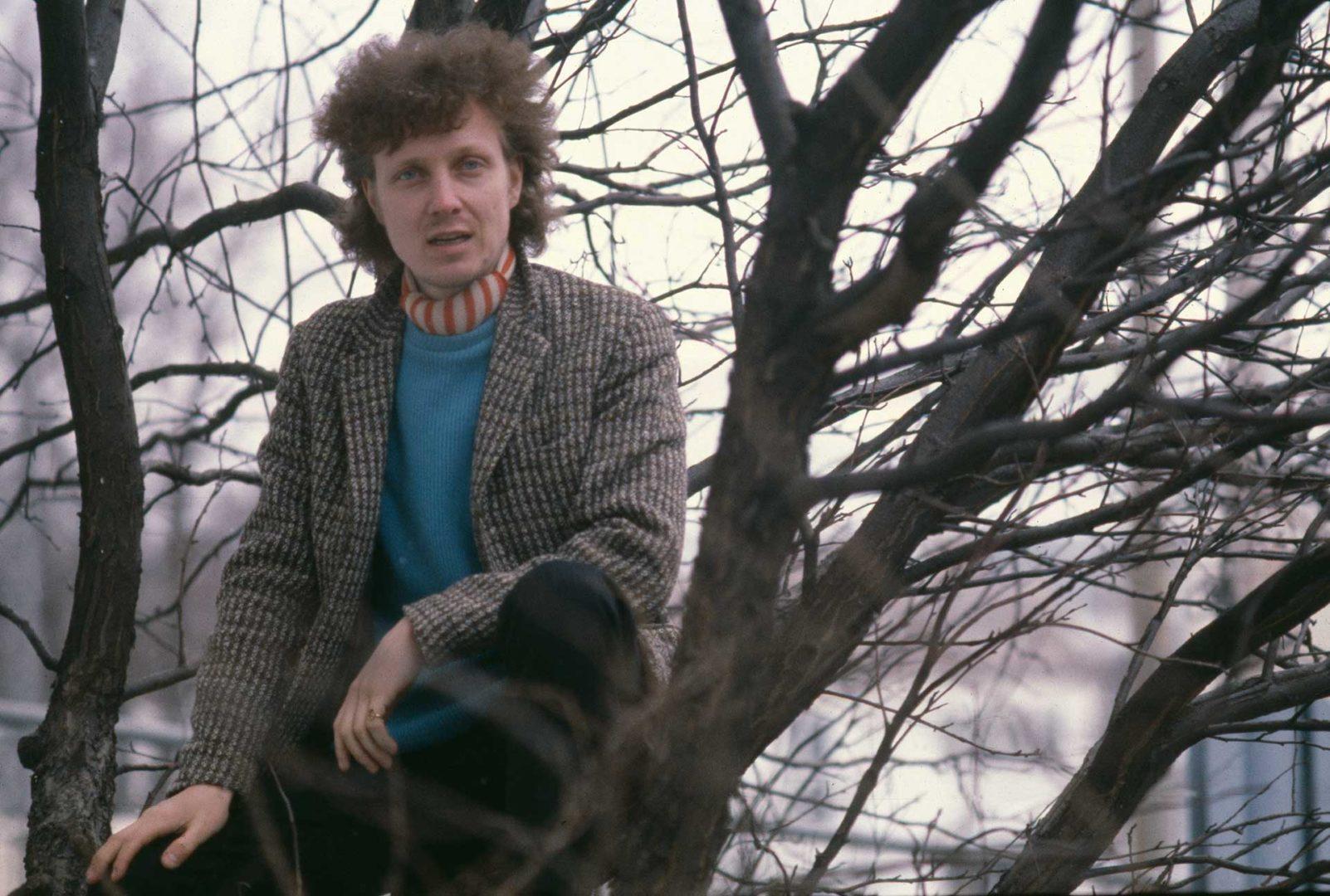 Pave Maijanen kiipesi puuhun Suosikin haastattelussa vuonna 1981. Maijanen oli jo tunnettu muusikko, mutta todelliset suursuosion vuodet olivat vielä edessäpäin.