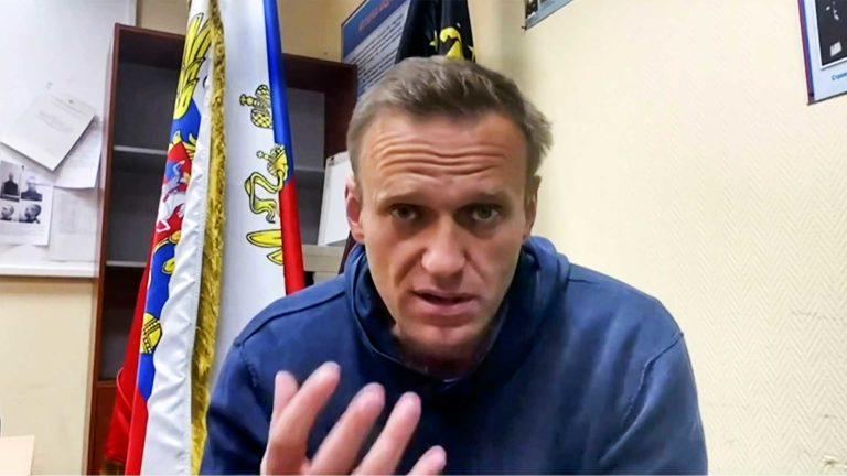 Kuvakaappaus videolta, jossa Aleksei Navalnyi puhuu kannattajilleen pidätyksensä jälkeen.