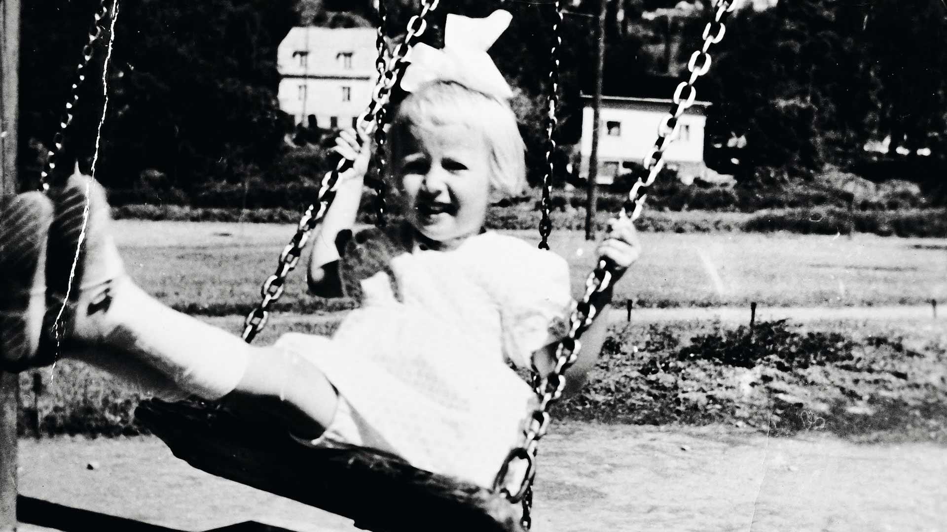 Rita oli hurjapää, joka rakasti keinumista. Kuvassa Rita on Tampereella Tammelan leikkikentällä viimeisenä kesänä ennen sairastumista.