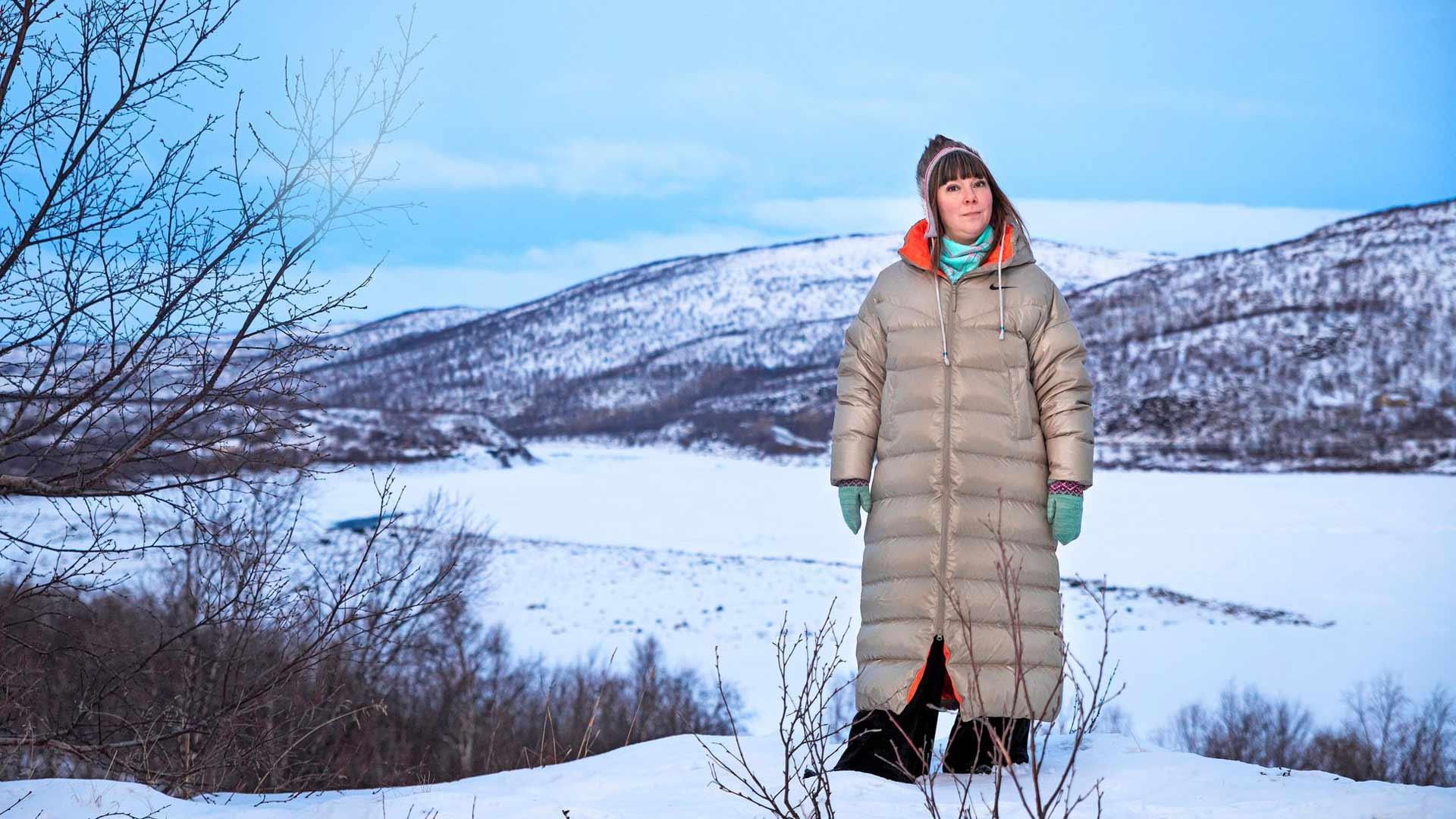 Anna Näkkäläjärvi-Länsman asuu perheineen Tenojokivarressa Utsjoella. Hän on pohjoissaamelainen ja lähtöisin Inarista.