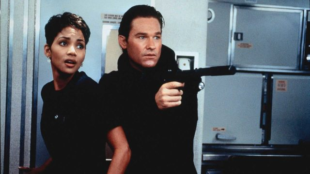 Halle Berry ja Kurt Russell elokuvassaRatkaisun hetket.
