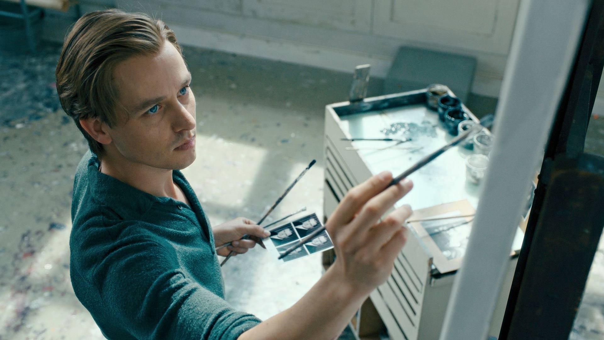 Tom Schilling näyttelee taideopiskelija Kurt Barnertia elokuvassaTeos vailla tekijää.