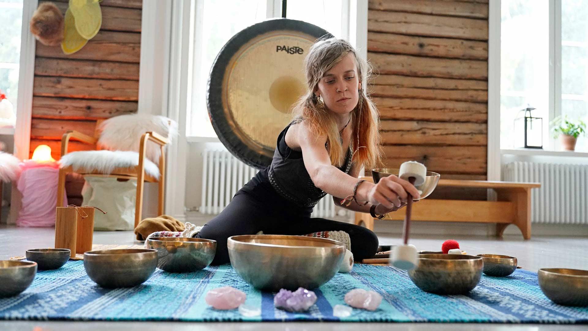 Taina Kaura käyttää rentoutuksessa yhdeksää maljaa, tuulikelloa ja gongia. Maljoja ja gongia soitetaan pehmustetuilla iskimillä tai kapuloilla.