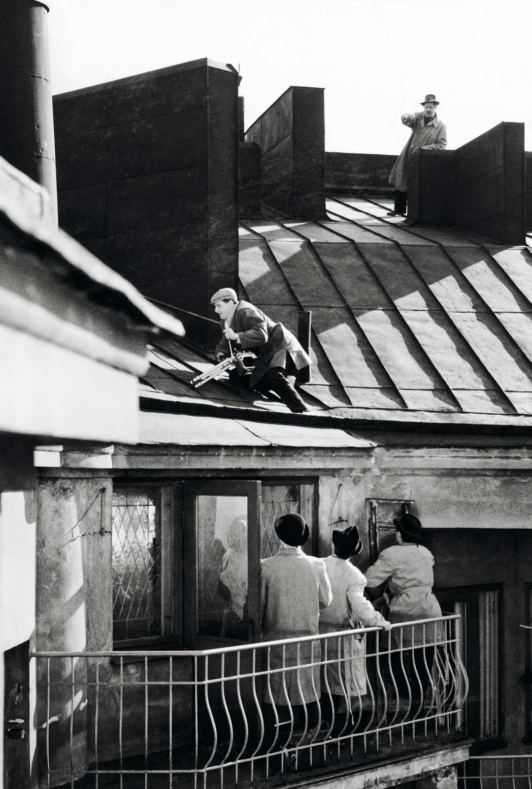 Komisario Palmu -elokuvat sijoittuvat Helsingin kantakaupunkiin, ja vanhojen korttelien ja kerrostalojen lumo onkin osa sarjan viehätystä. Helsingin Töölössä asuneelle Mika Waltarille kaupunkimiljöö oli rakas.
