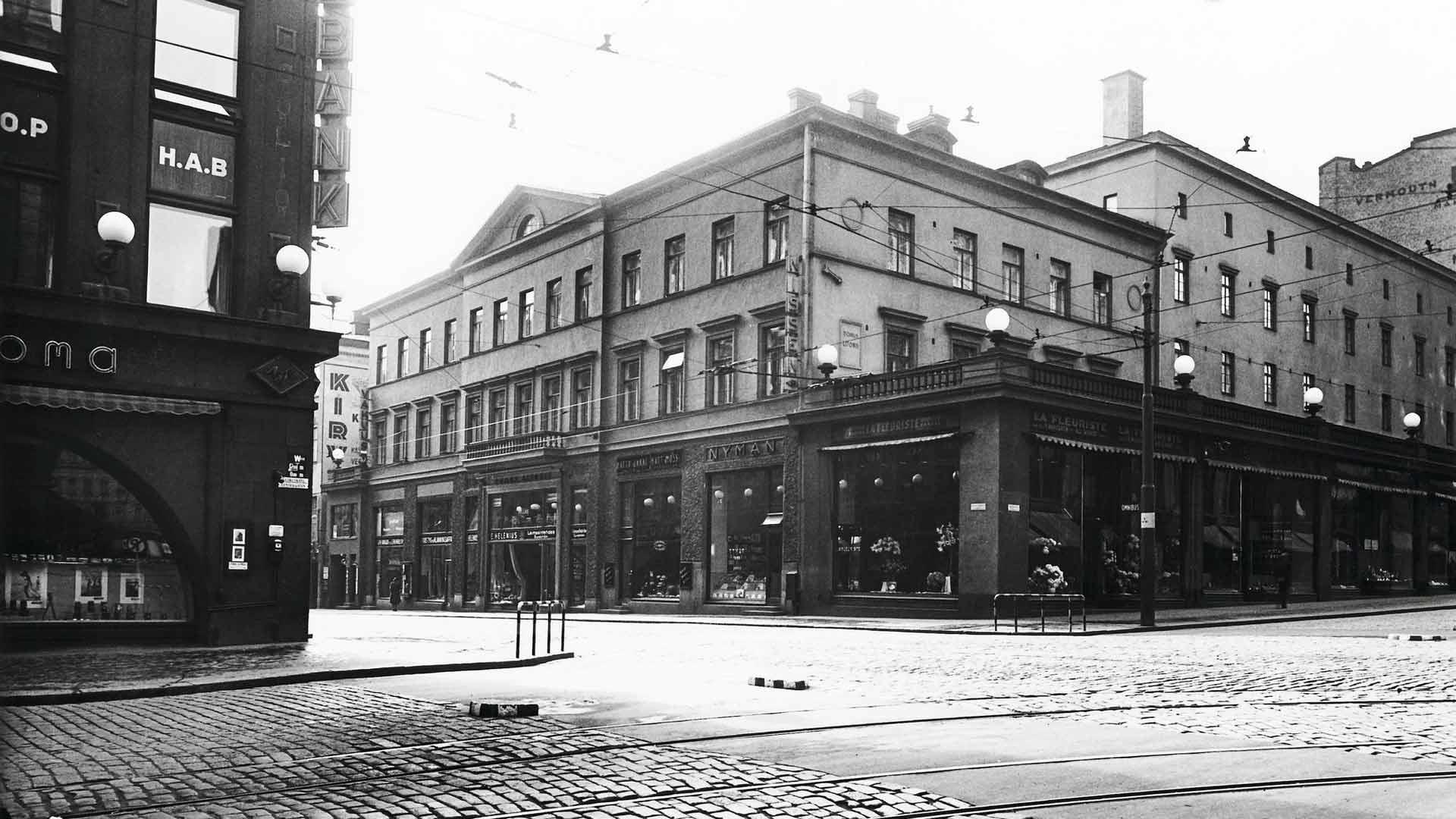 Kuvauksia varten elokuvan arvotaloksi pohdittiin Litoniuksen taloa Aleksanterinkatu 50:ssä, Stockmannin tavaratalon naapurissa. Talon alakerrassa on liikehuoneistoja, mutta yläkerroksissa on yhä asuntoja. Se on ainoa 1840-luvulta asti asuinkäytössä ollut Helsingin ydinkeskustan rakennus.