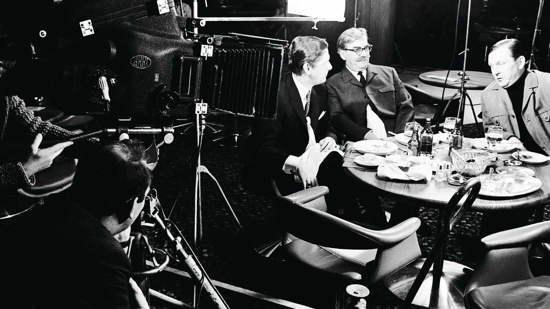 """Kassilan YYA-henkinen """"Vodkaa, Komisario Palmu"""" vuodelta 1969 poikkeaa tyyliltään klassikko-Palmuista – eikä suinkaan edukseen. Pöydän ääressä Matti Ranin, Joel Rinne ja Leo Jokela."""