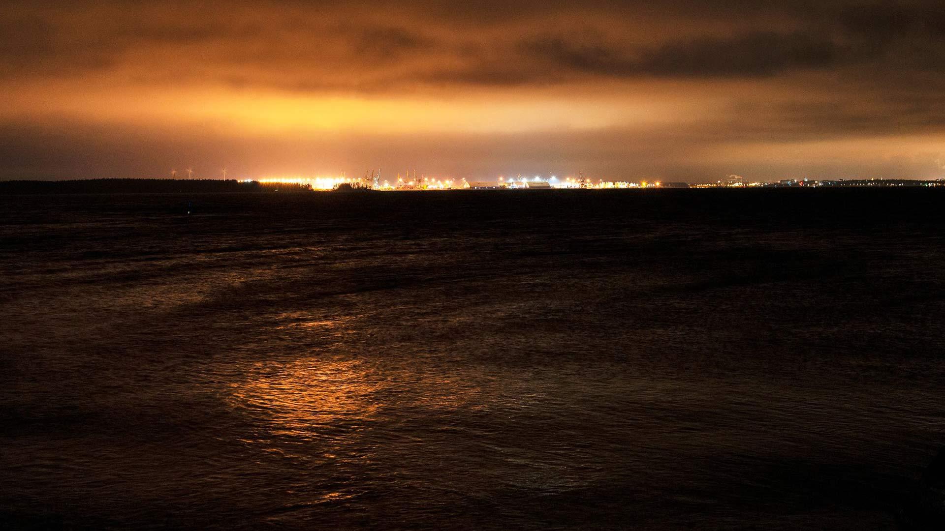 Illan pimentyessä Kotkat valot kajastavat ulapan takaa Rankin saareen.