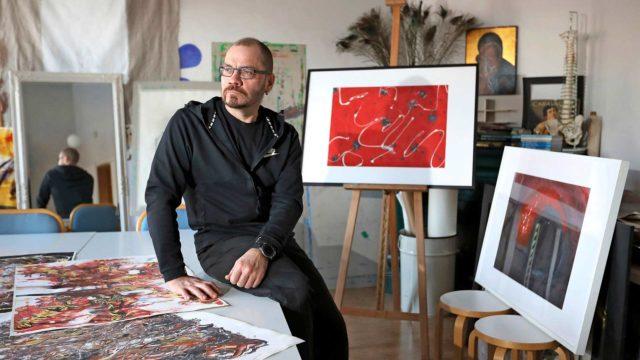 Taideterapiassa Jukka Heikkilä haluaa usein leikkiä väreillä ja luoda erilaisia tunnelmia.