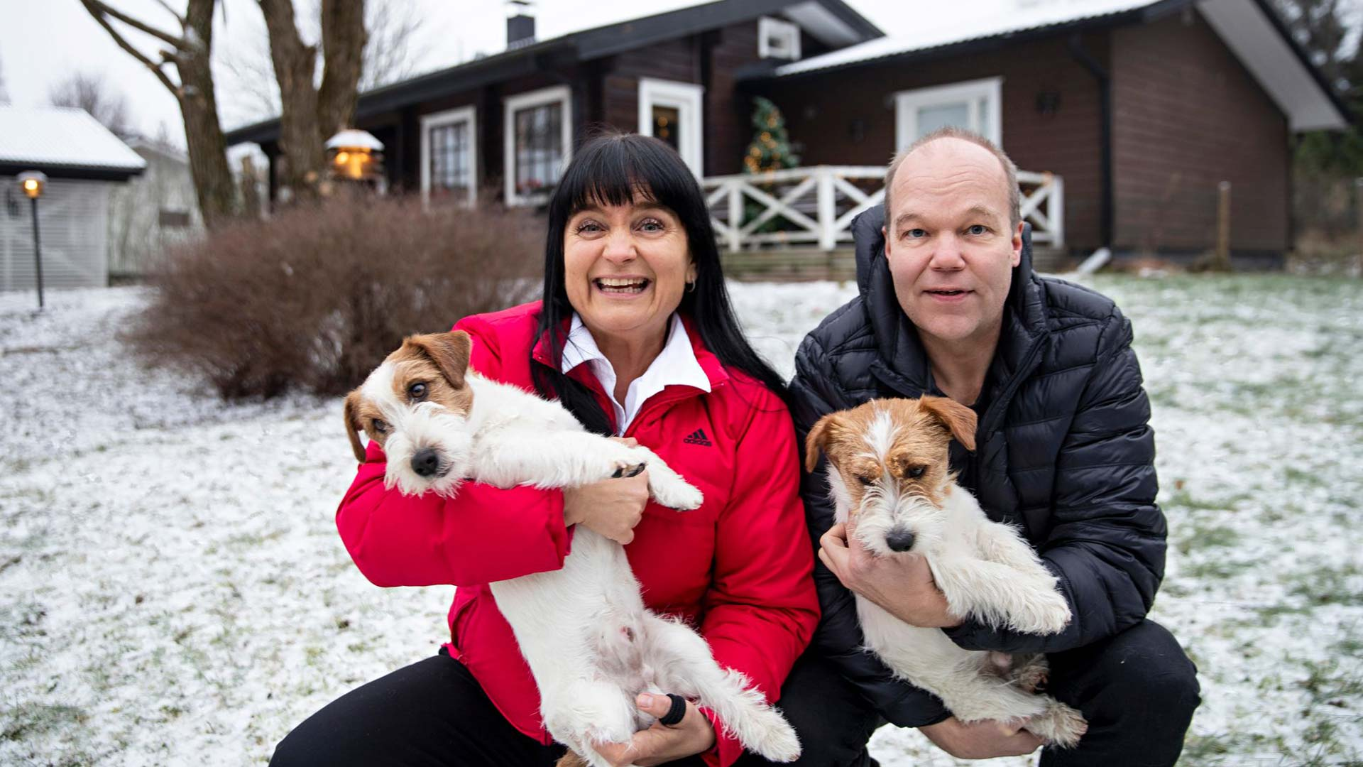 """Reijo on aina pitänyt koirista, vaikka hänellä ei ole omaa ollutkaan. """"Koirat tykkäävät nyt enemmän Reijosta kuin minusta. Muistuttelen niille aina, että minäkin olen täällä"""", Kia kertoo."""