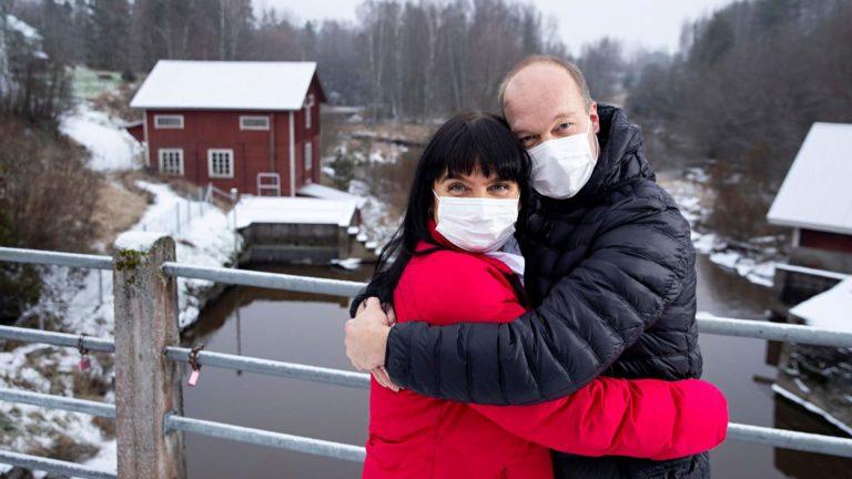 """Kia Aakala ja Reijo Kettunen ovat olleet erottamattomat toukokuusta lähtien. """"Koronavuosi 2020 oli minulle onnen vuosi, koska löysin toisen puoleni"""", Kia sanoo."""