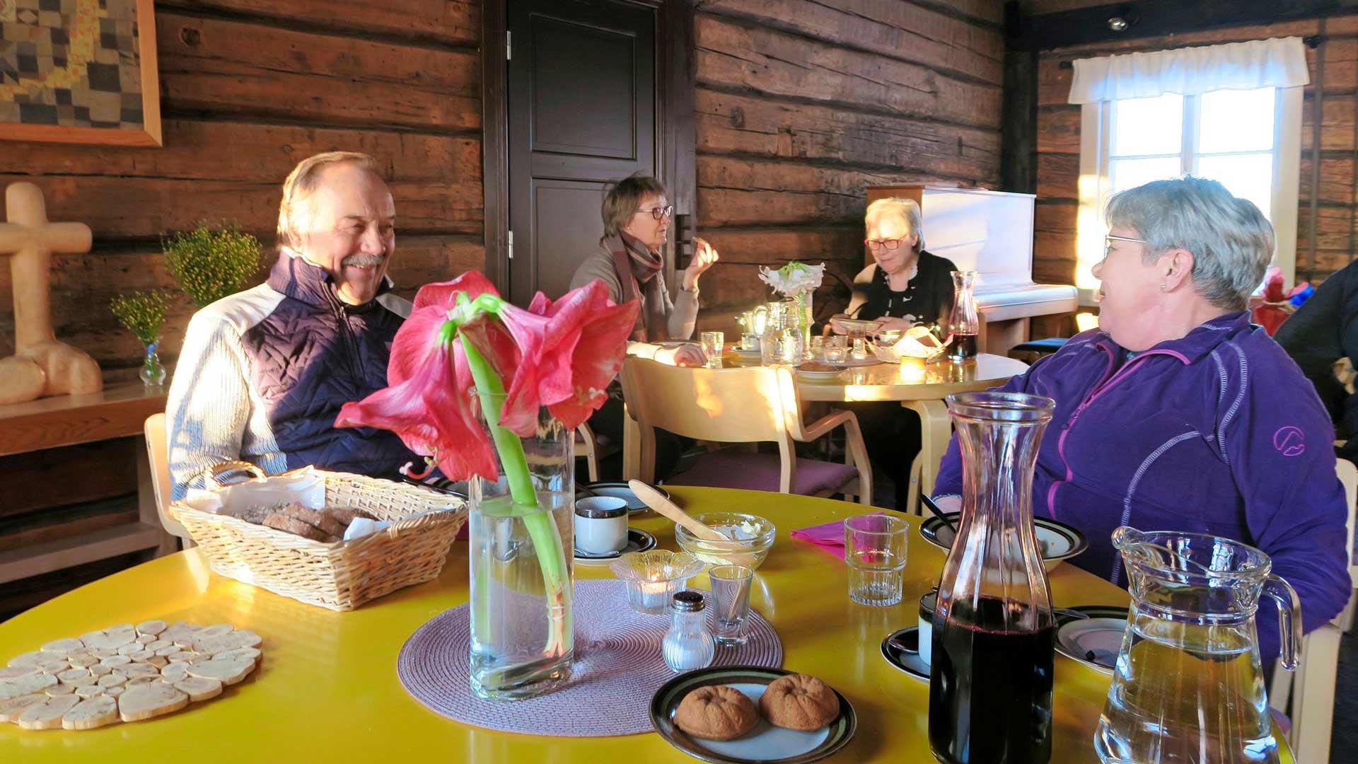 Ennen retkeä on Haikolan talossa tarjolla siskonmakkarasoppaa. Matti Paananen ja Asta Honkanen ovat nauttineet yhteisiä aterioita 20 vuotta.