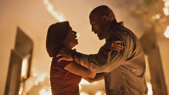 Tulipalo pilvenpiirtäjässä aiheuttaa paniikkia elokuvassa Skyscraper, kuvassa Neve Cambell ja Dwayne Johnson.