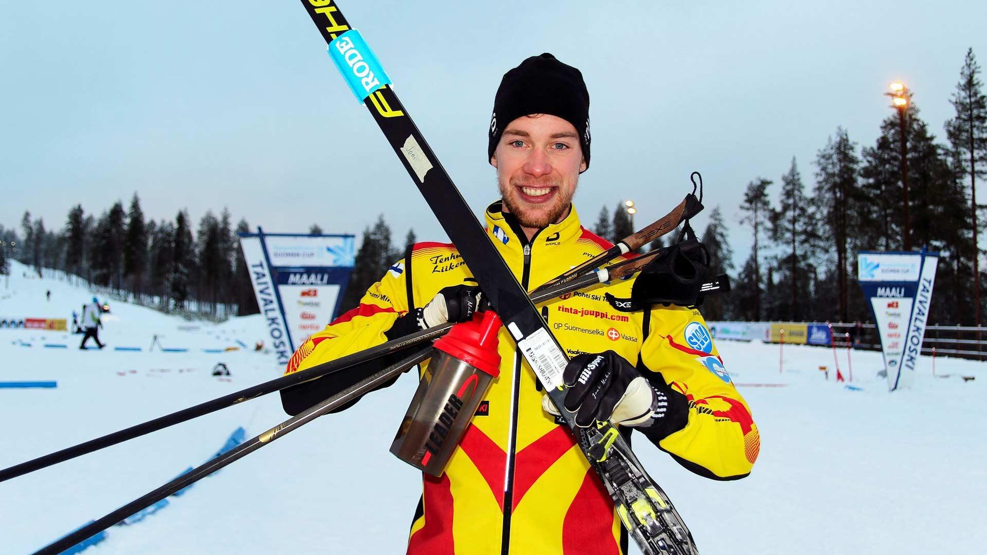 Iloisella ja itsevarmalla ilmeellä. Joni Mäki voitti 15 kilometrin kisan Suomen Cupissa Taivalkoskella marraskuussa 2020.
