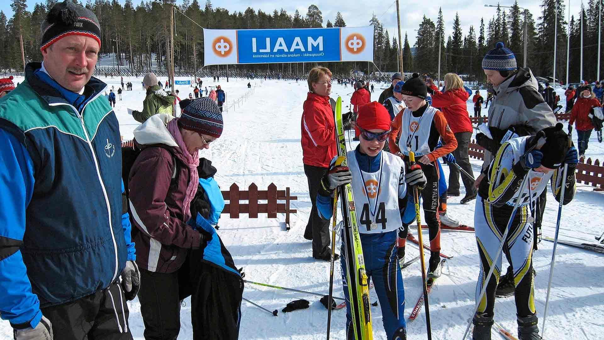 12-vuotias Joni Mäki (numero 44) Iso-Syötteen kevätkisoissa vuonna 2007. Mäen perhe kiersi viikonloppuisin runsaasti hiihtokisoja, koska isovelikin oli kilpahiihtäjä.