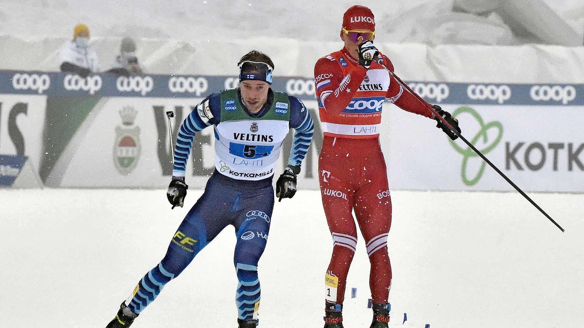 Punaisessa asussa hiihtänyt Venäjän Alexander Bolshunov huitoi Suomen Joni Mäkeä sauvalla Lahden Salpausselän kisojen miesten viestin loppusuoralla tammikuussa. Huitomisesta ja sitä seuranneesta taklauksesta seurasi poliisitutkinta.